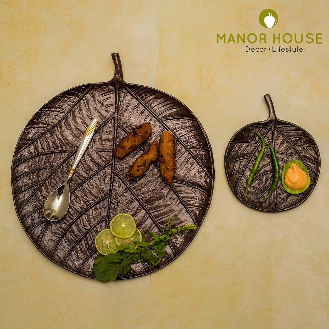 Bonds are made when you spend time with friends and there is laughter everywhere. Entertaining is the heart of good times. Thats's why @manor_house_decor  has got these platters for you. #manorhousedecor #chipanddip #contemporary #handmade #Indiandecor #Myhome #diningtabledecor
