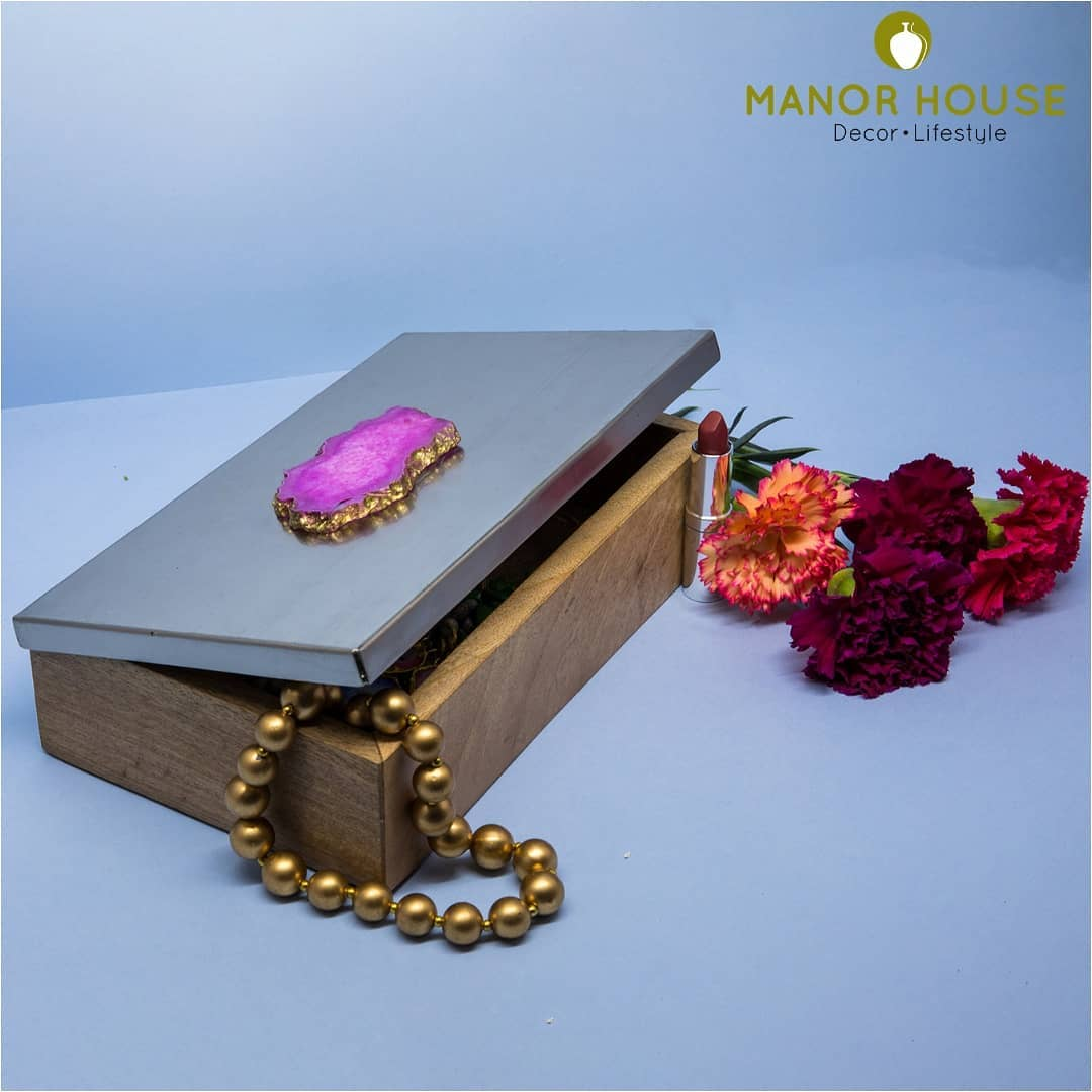 Trinklet boxes always delight all of us. Our agate lid boxes are great keepsakes, and serve perfectly as favor boxes @manor_house_decor  #manorhousedecor #weddingfavorboxes #jewelryboxes #returngift #agate