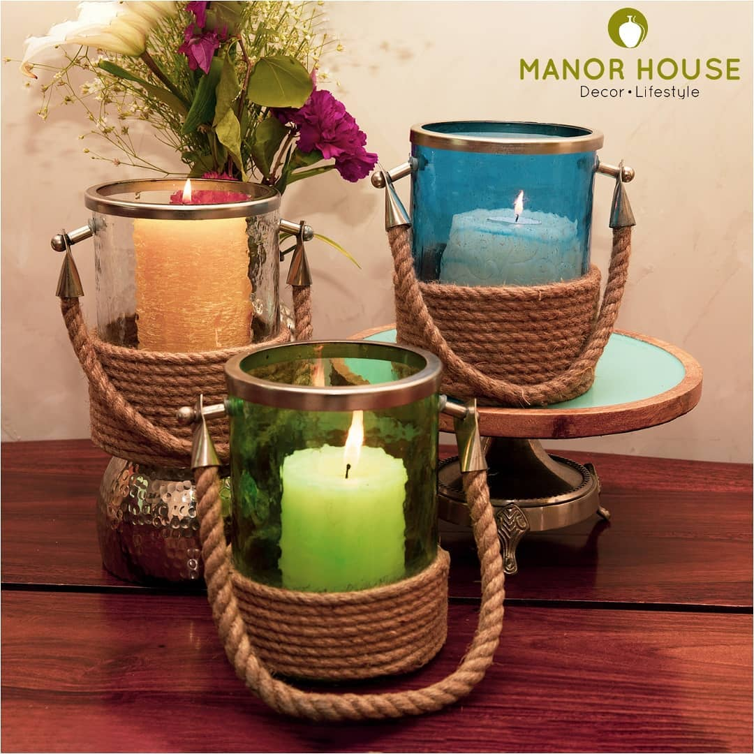 Flowers and lanterns together make pretty centerpieces for home gatherings and events alike. What we @manor_house_decor love about these lanterns is how our clients use them...sometime to hang them on the tree branches while sometimes using them as vases!  #creative #centerpieces #weddingcenterpieces #props #flowersandlanterns #lantern #manorhousedecor #homedecor #homedecoration #eventdecor #eventplanner