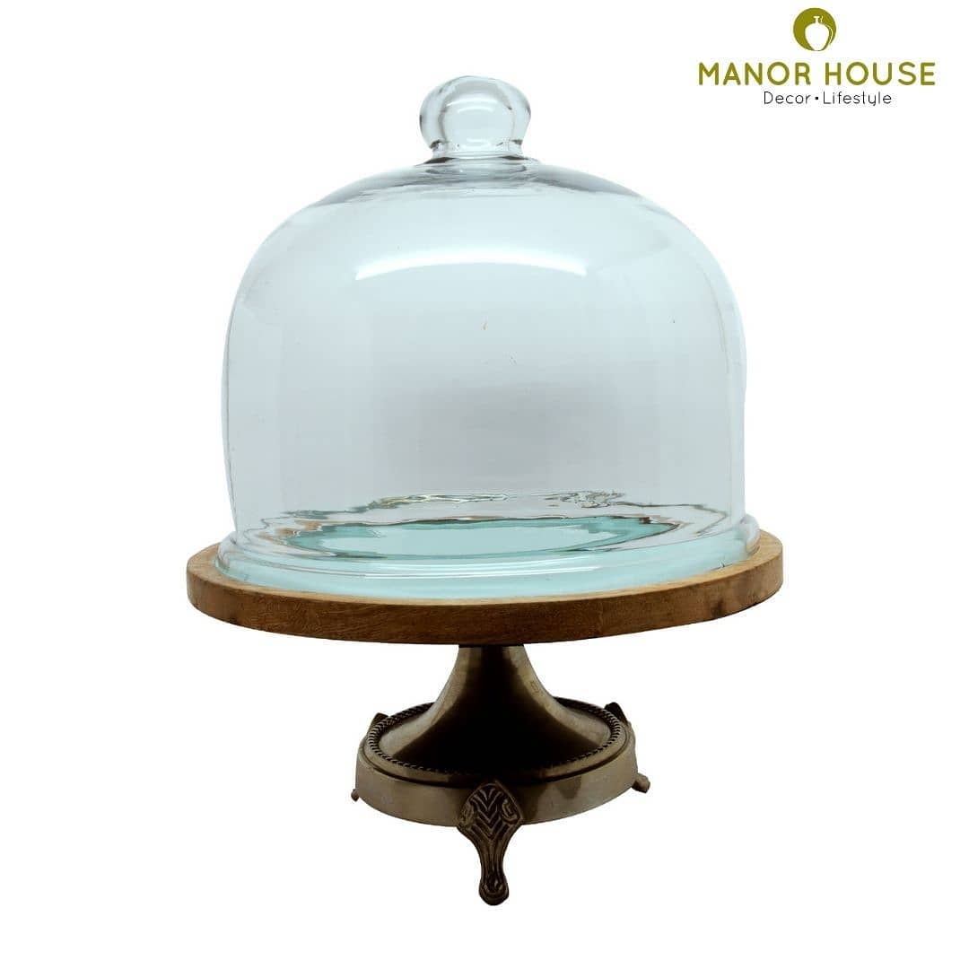 Serve cake, serve cupcakes, cheesecakes or stack laddoos for a desi edit in this one tier dessert stand with cloche. The metal stand, blue wooden base and glass cloche gives an elegant and contemporary edge to the piece.  @manor_house_decor  #cakestand #cloche #manorhousedecor #diningroomdecor #serveware #cupcakestand #buyhomedecor #homedecoration #housetohome #goodhomes #beautifulhomes #brunchgoals #rakshabandhan