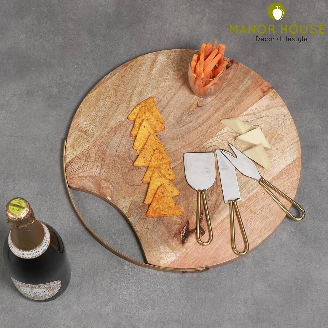 Cheese Board cum platter with 3 knives set is a beautiful addition to your serving collection. #cheeseboard #weddinggift #weddingfavors #giftsfordiwali #diwaligift #choppingboard #diningroomdecor #interiordesign #homestyling #manorhousedecor #makeinindia