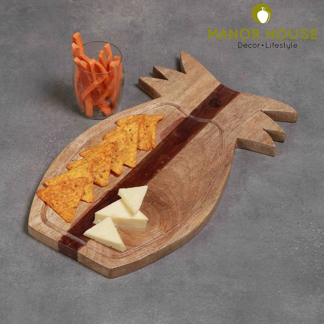 Manor House Decor,  homedecortips, tablesetting, tablecenterpiece, diningroomdecor, cheeseboard, platters, intimatewedding, intimatetablesetting, wooddecor, manorhousedecor