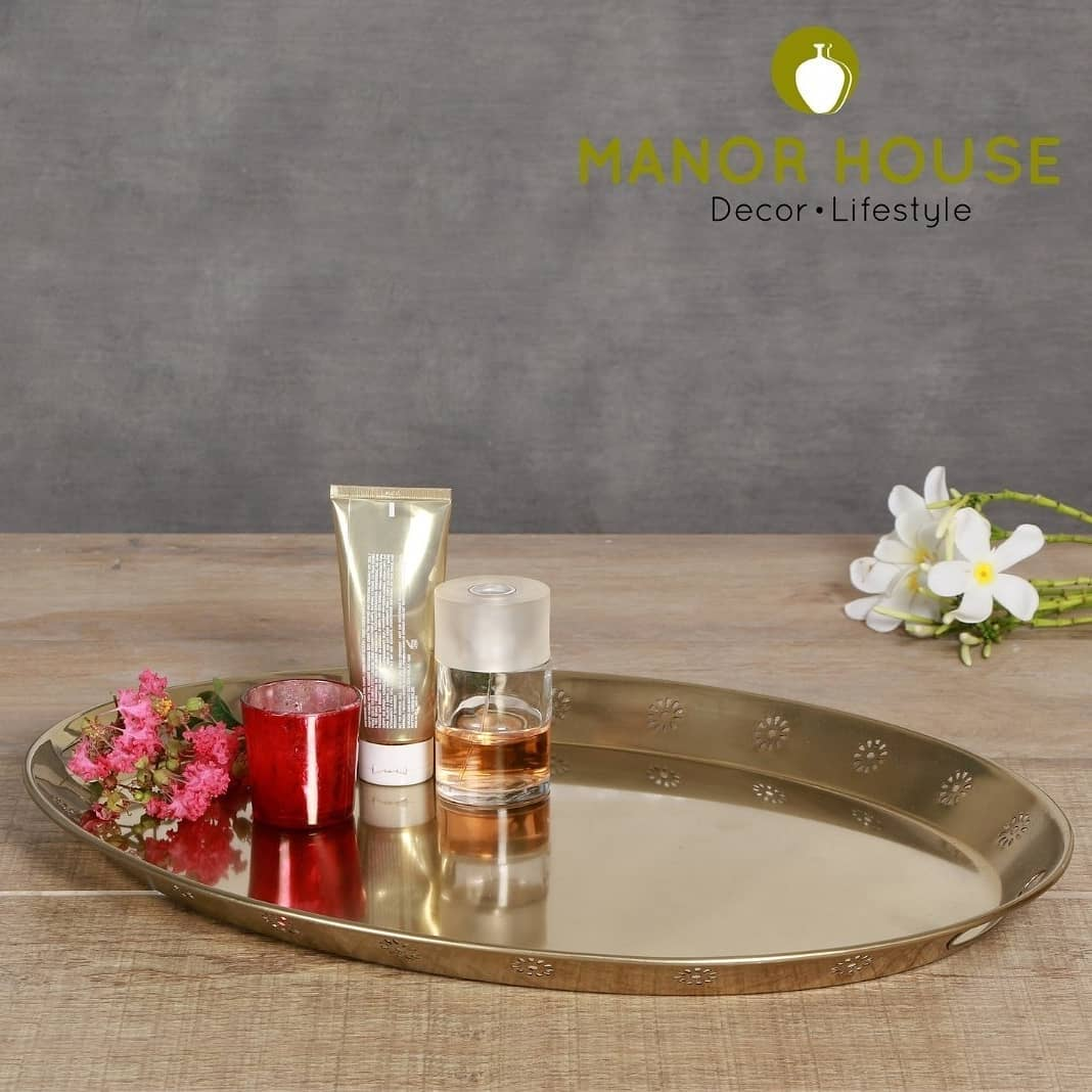 Manor house gold powder tray, the perfect serve for nuts, cheese, olives, cookies & mints. Can be used as vanity tray or for your guest towels. The gold finish gives it a premium and ethnic look! . . . . #homeplatters #serveware #dinnerware #dinnercollection #ethnic #ethnictouch #tabledecor #tablesetting #platter #kitchendecor #dining #tablescapeartist #tablesettingideas #tablesettings #dinnersetting #dinnerset #beautifulhomes #homestore #apartmentdecor #tablescapes #tablescapestyling #tableware #dinnerideas #tablesetup #leaf #leafshapeplatter #decor #durable #copper  @bloominghomeee  @transformation_tales @home_iswhereheartis @raw_all_india #uchomes @urbancompany_homes @pretty_small_spaces @creative_homestyles